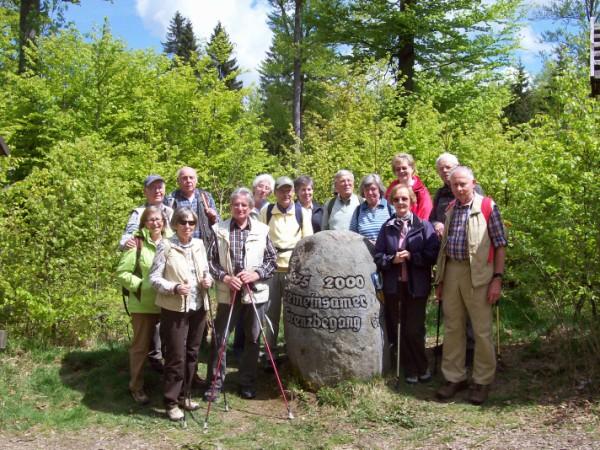 Die SGV Abteilung Bad Berleburg beim restaurierten Grenzstein