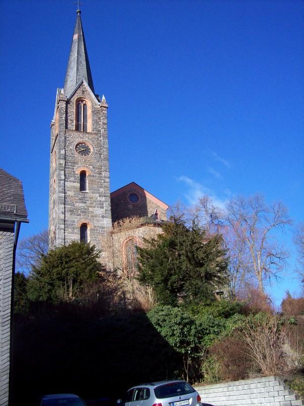 Die evang. Kirche in der Schloßstraße, in der Nähe lassen sich noch die Stadtmauern von einst erahnen