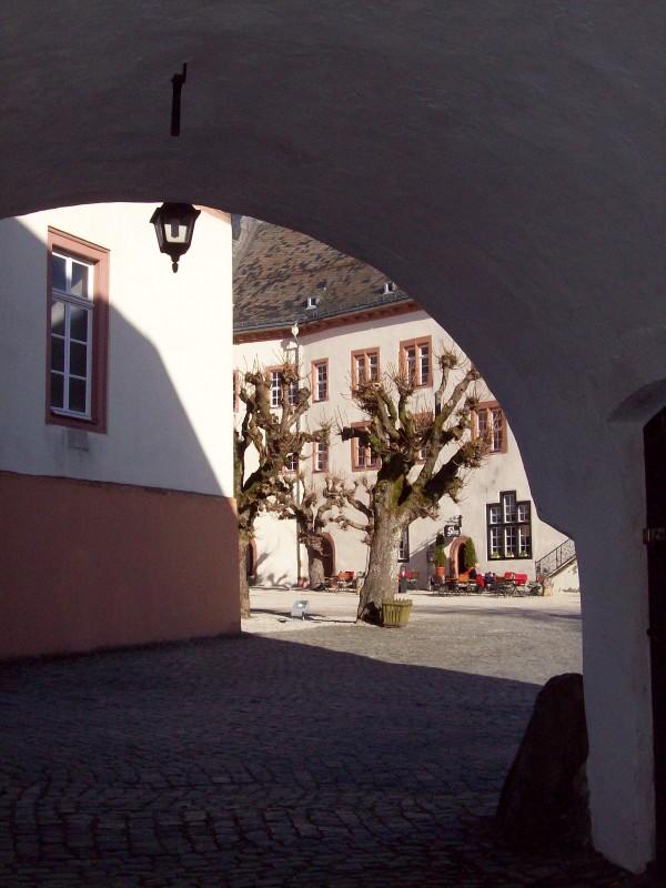 Blick durch das Tor in den Schloßhof