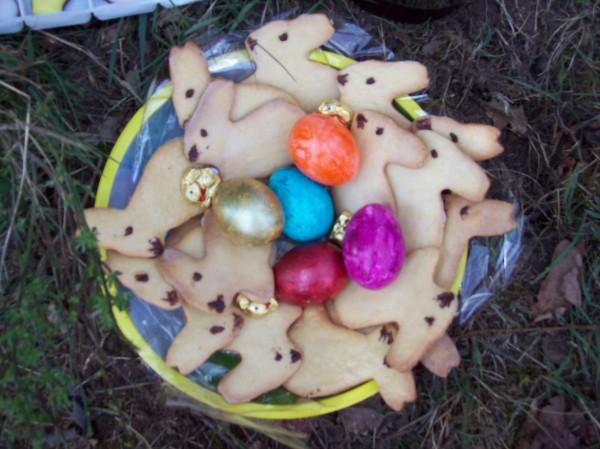 Karin und Heidi sorgten bei allen für ganz viel Freude mit gefärbten Eiern, gebackenen Osterhäschen und leckerem Kuchen