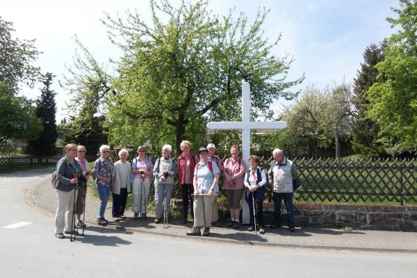 """Die Berleburger SGV-Gruppe beim Beginn der Wanderung """"Gelobte Kreuze"""""""