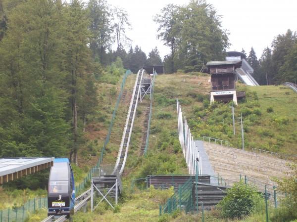 Und nach dort oben sollte es hingehen, mit der Kabinenbahn oder für die ganz sportlichen die Treppen hinauf!