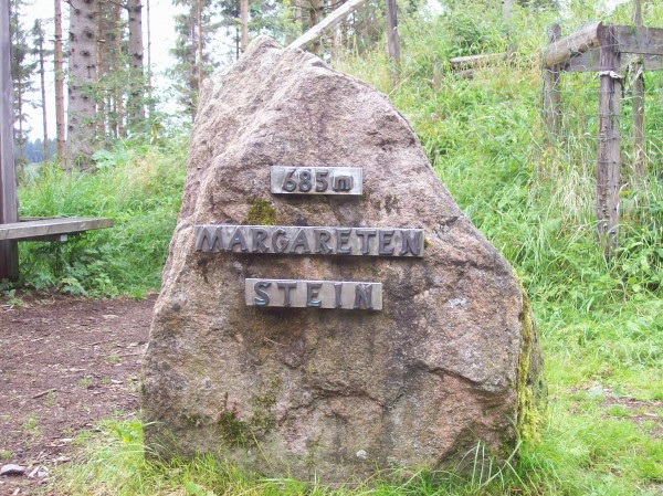 Der Margarethenstein, einer der ältesten Grenzsteine der Region (685 m)