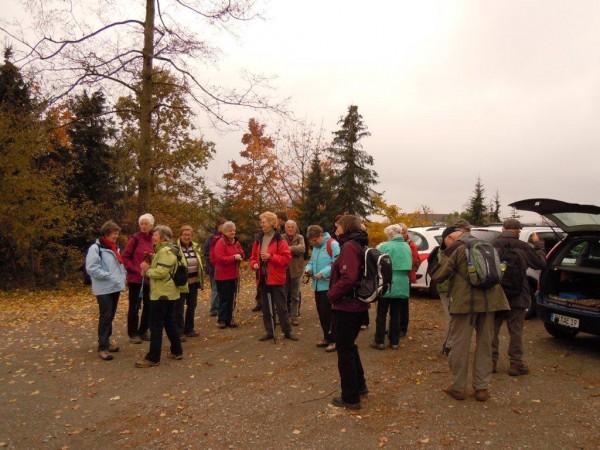 Eine große Wandergruppe an diesem schönen Herbsttag