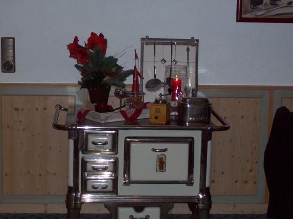 Der Herd aus Großmutters Zeiten lässt erahnen, welch Köstlichkeiten einst hier gebacken, gebraten oder gekocht wurden; auch heute noch ist er als Weihnachtsschmuck eine Zierde.