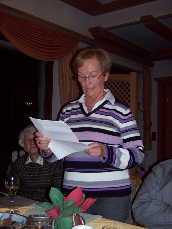 """Frau Folger beim Verlesen einer weihnachtlichen Geschichte """" wo wird gefeiert das Fest in diesem Jahr, bei Oma und Opa, so, wie's immer war""""!"""