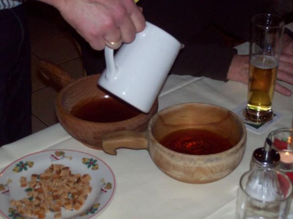 """Hier wird der """"Hochprozentige"""" in die Holzschüsseln gefüllt, daneben die kleinen Honigkuchenstückchen!"""