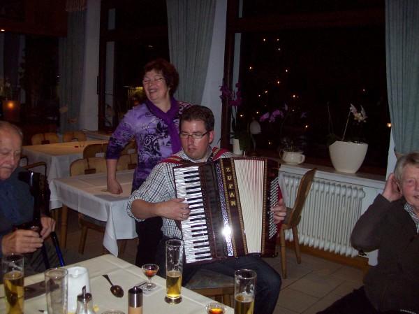Fröhlich aufgespielt wurde auch, Volkslieder singen mit Ziehharmonika