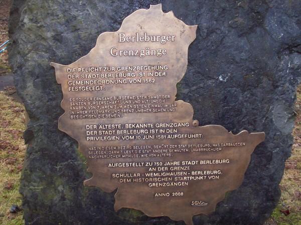 Grenzstein am Ortseingang von Wemlighausen, die Bronzeplatte zeigt die Umrisse der Stadtgrenze von Berleburg auf. Anlässlich des Grenzganges in 2008 wurde er aufgestellt, der nächste Grenzgang wird in 2014 stattfinden.