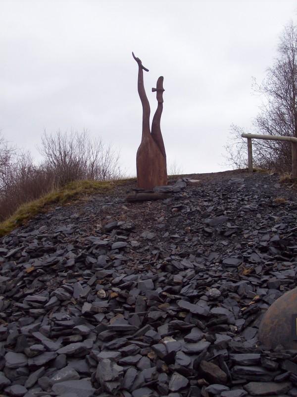 """Auf dem Schieferpfad in Raumland die Skulptur von Heinz Mengel """"Freiheit""""."""