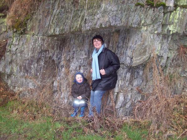 Karin Steinhoff und Maximilian suchten Schutz vor der Nässe unter einem kleinen Felsvorsprung!