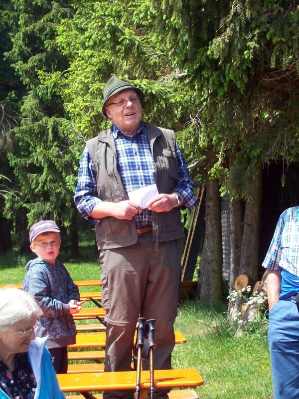 Herr Hild begrüßt die Teilnehmer - 2 Generationen, wie schön, dass selbst die Kleinen Freude am Wandern haben