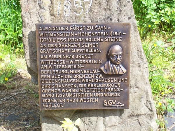 Ein Grenzstein, auch Alexanderstein genannt; hier verlief einmal die Grenze zwischen den beiden Wittgensteiner Grafschaften. 1837 hatte Fürst Alexander zu Sayn-Wittgenstein-Hohenstein diese Steine errichten lassen. Dem Wanderführer waren 30 dieser Steine bekannt.