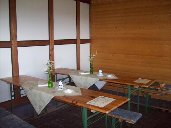 Die liebevoll dekorierten Tische in der Grillhütte Christianseck