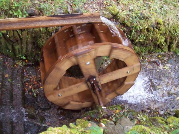 Das sich  zur Mühle zugehörige fleißig drehende Mühlrad