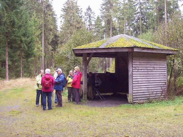 Kleine Pause vor der Schutzhütte am Dreiherrenstein