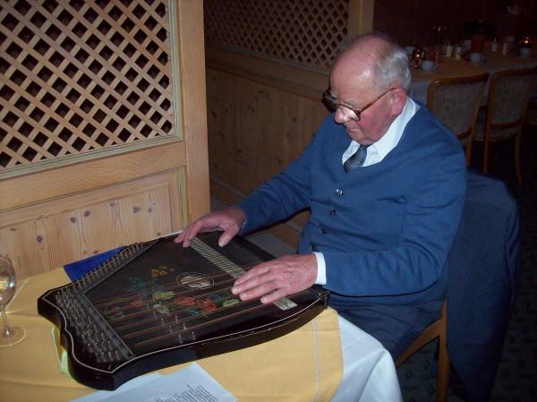 Kurt Bätzel, der mit seiner Zither-Musik erfreute