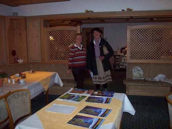 Der Reisebüro-Sketch mit Christa Folger und Ingeborg Dickel, ein Hingucker, die Kleidung der reisefreudigen Rentnerin