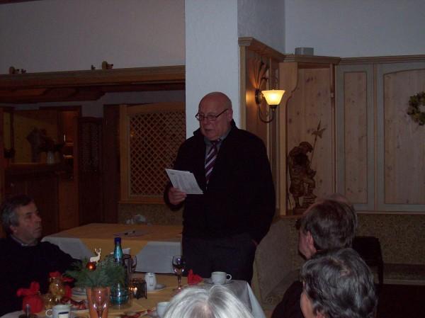 Karl-Friedrich Hild der Begrüßung der Gäste und Verlesung der Botschaft des Nikolauses, ein wenig schumrig - wie es sich  zur Weihnachtszeit gehört