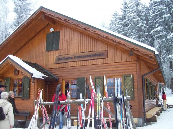 Hochbetrieb vor und in der Skihütte
