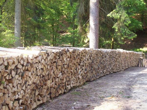 Akurat, die Holzscheite Kante auf Kante aufgeschichtet