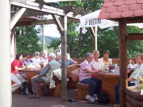 """Angekommen im Landgasthof """"Jagdstuben Grünewald"""" auf der sonnigen Terrasse"""