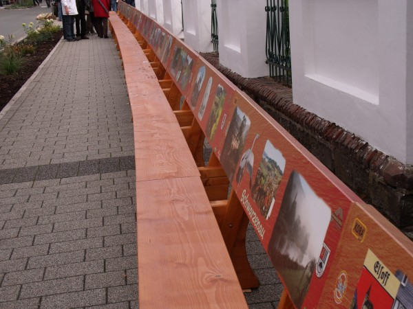 Die längste Bank Südwestfalens = Galerie der Berleburger Dörfer