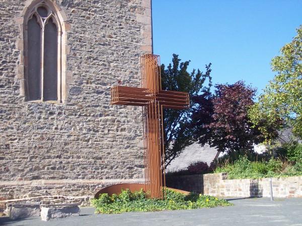 Kreuz vor der Martinskirche, ab hier startete zuerst die Kirchenführung, dann die Wanderung