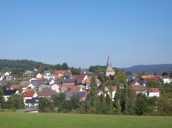 Blick auf das Örtchen Dautphe mit Kirchturm der Martinskirche