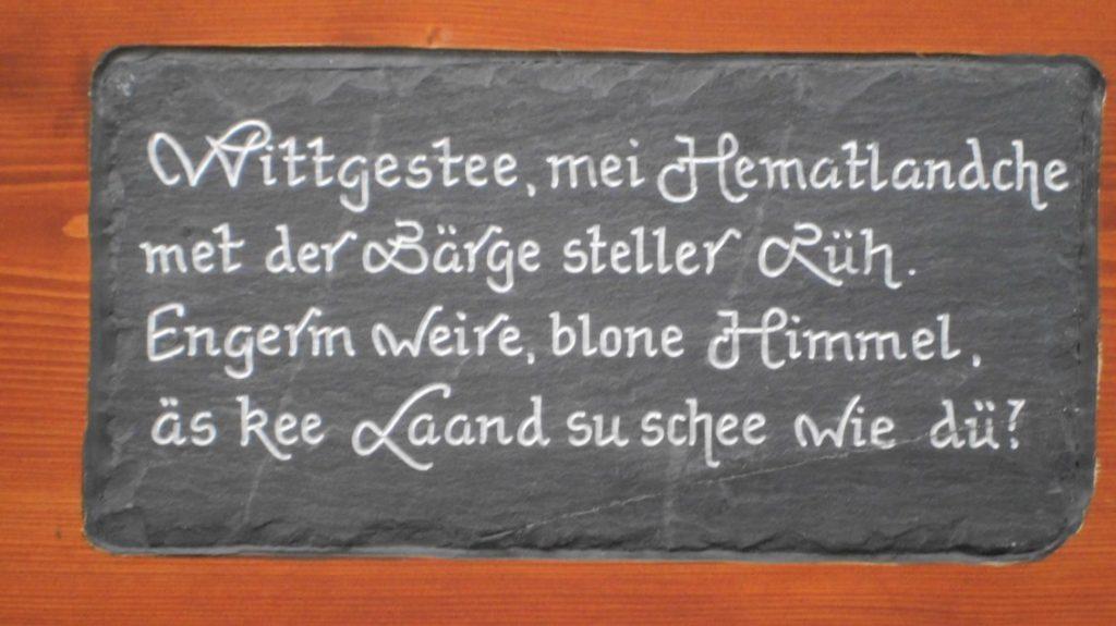 Eine Bank mit einer Textpassage des Wittgensteiner Heimatliedes