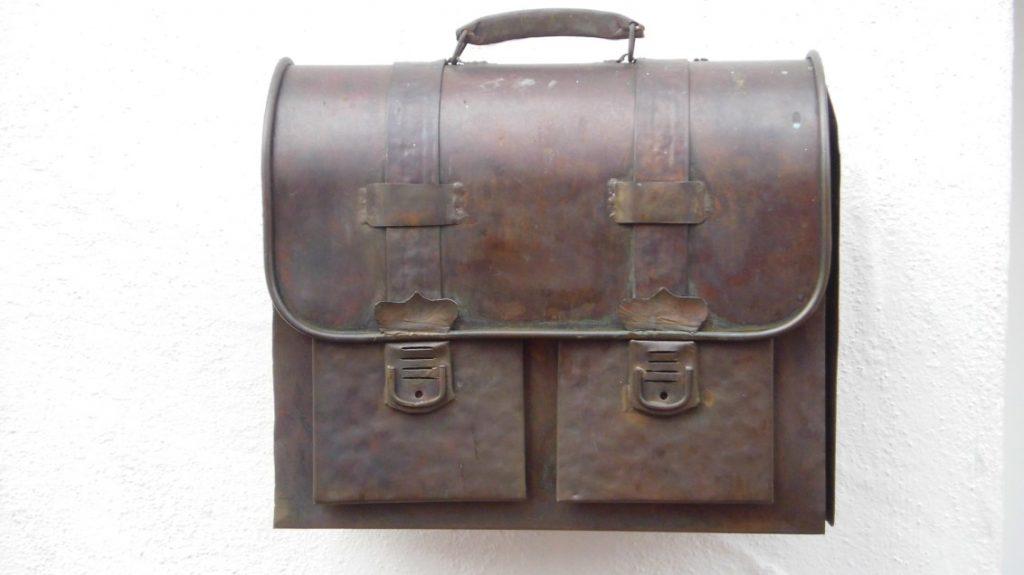 Originelles gab's zu entdecken, ein Briefkasten in Form eines historischen Schultornisters