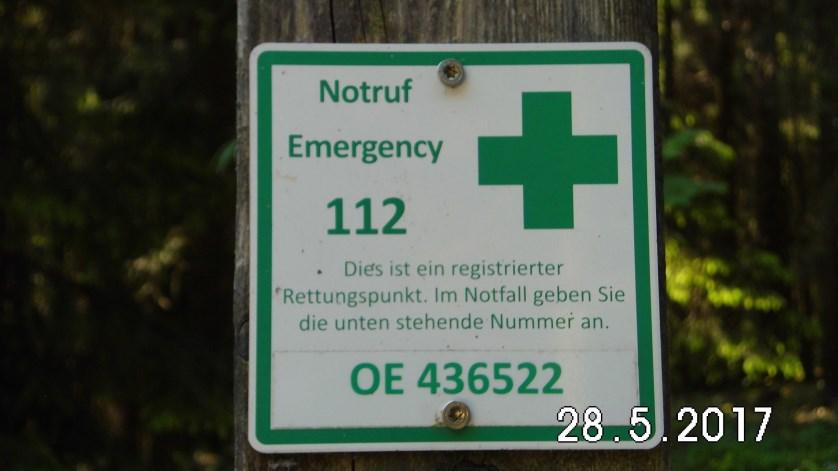 Eine ganz wichtige Hinweistafel, die man kennen sollte, wenn man in der Natur unterwegs ist, sie zeigt nicht nur die Notruf-Nummer sondern auch den genauen Standpunkt für eine Ortung