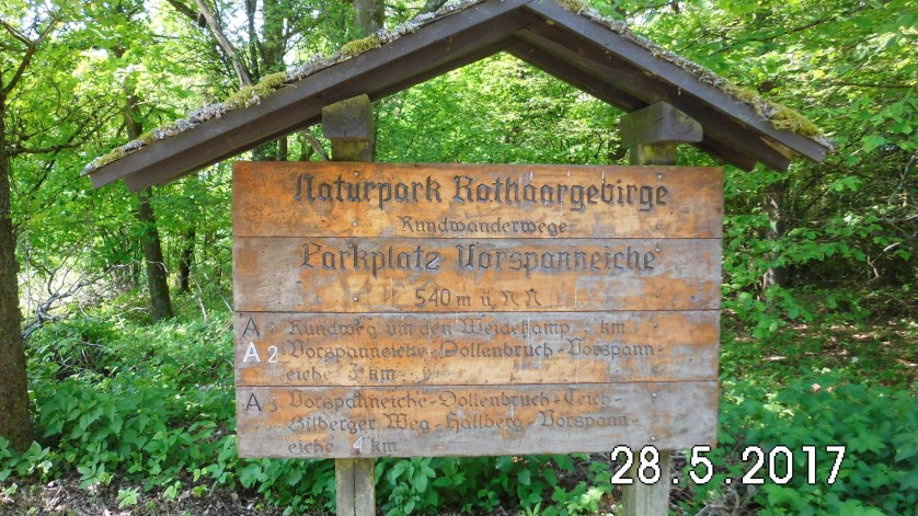 Die Vorspanneiche ist ein Wanderparkplatz auf einer Höhe von 540 m, der in den Ausläufern des Rothaargebirges zwischen den Kreisen Siegen-Wittgenstein und Olpe gelegen ist. Der Name Vorspanneiche lässt darauf schließen, dass dieser sauerländische Pass schon immer ein wichtiger Verkehrsweg war. Er besagt, dass hier wohl früher die Pferde, die die Kaufleute sich im Tal ausgeliehen und vor ihren Wagen gespannt hatten, um den Berg einfacher hinaufzukommen, wieder abgespannt wurden. Heute führt die Landstraße L728, die die Orte Hilchenbach und Kirchhundem miteinander verbindet, über diesen Pass. Dabei wird eine Höhe von fast 545 m erreicht. Der Parkplatz Vorspanneiche befindet sich etwas unterhalb dieser Straße auf genau 540 m Höhe. Quelle:Touren durch das Sauerland