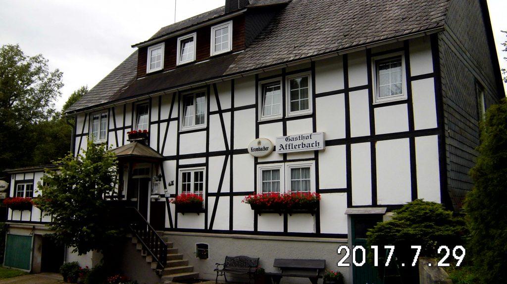 Angekommen in Zinse im historischen Gasthof Afflerbach, in dem Frau Bald und Tochter mit süßen und deftigen Köstlichkeiten verwöhnten