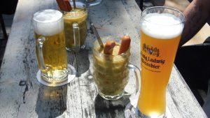 Kurioses, Erbsensuppe mit Würstchen im Bierglas, ein nette Idee