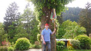 Andreas Saßmannshausen mit dem Wimpel-Baum, einige historische Schätze weist dieser auf
