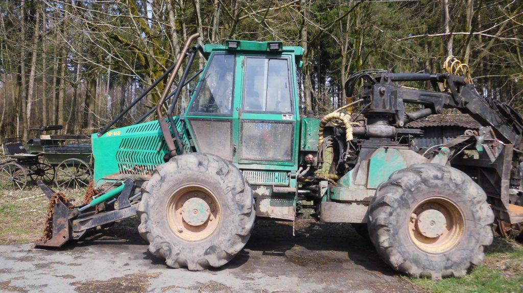 So arbeitet man heute, mit einem modernen Traktor für die Waldarbeit